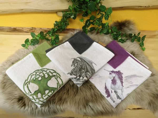 Babydecke-Leinen-Handbemalt-Lebensbaum-Drache-Einhorn-Rückenteil-Fleece-grün-mit-Puppe