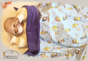 Babydecke-Mädchen-mit-Tieren-Trico-Rückwand-Baumwollfleece-lila-mit-Puppe-Shop