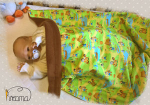 Babydecke-Vikinger-Trico-Rückwand-Fleece-braun-mit-Puppe-Shop