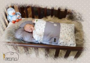 Babyschlafsack-Steckkissen-Schäfchen-Punkte-grau-mit-Puppe-seitlich-Shop