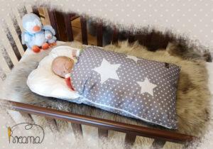 Babyschlafsack-Steckkissen-Sterne-grau-mit-Puppe-seitlich-Shop