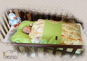 Babyschlafsack-Steckkissen-Wald-grün-Punkte-grün-mit-Puppe-shop