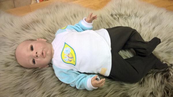 Babyshirt-Wickelshirt-Nicky-weiß-hellblau-mit-Applikation-Biene-mit-Puppe