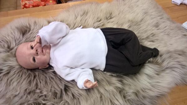 Babyshirt-Wickelshirt-Nicky-weiß-mit-Puppe
