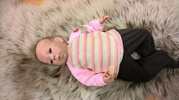 Babyshirt-Wickelshirt-Sreifen-rosa-Strick-Aermel-Sweat-rosa-mit-Puppe