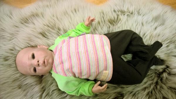 Babyshirt-Wickelshirt-Sreifen-rosa-Strick-Aermel-beide-gruen-Nicky-mit-Puppe