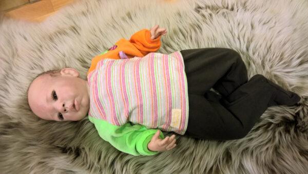 Babyshirt-Wickelshirt-Sreifen-rosa-Strick-Aermel-orange-gruen-Nicky-mit-Puppe
