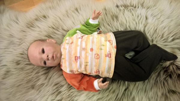 Babyshirt-Wickelshirt-Streifen-Wald-Aermel-Nicky-kaki-terra-mit-Puppe