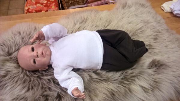 Babyshirt-Wickelshirt-Sweat-weiß-mit-Puppe