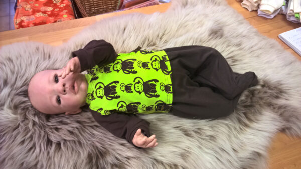 Babyshirt-Wickelshirt-Trico-Aeffchen-Uni-braun-mit-Puppe