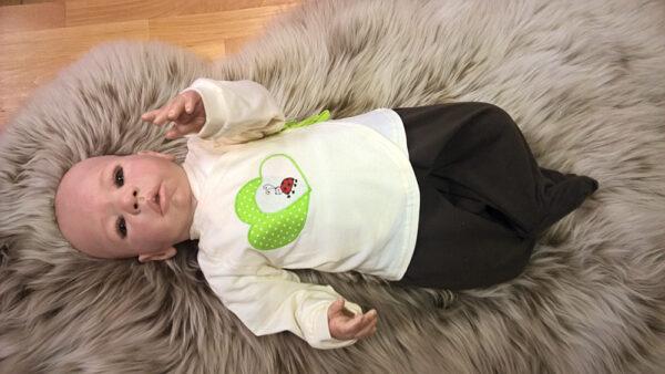 -Trico-natur-Applikation-Herz-Punkte-grün-Käfer-mit-Puppe