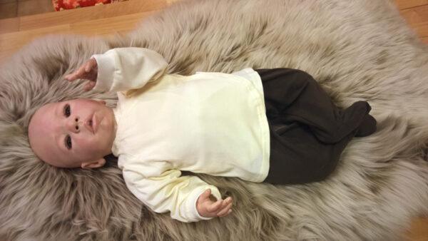 Babyshirt-Wickelshirt-Trico-natur-mit-Puppe