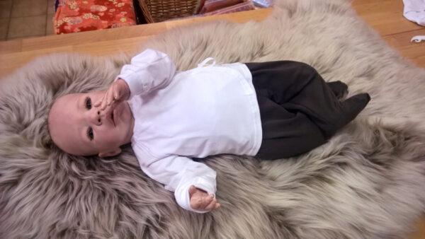 Babyshirt-Wickelshirt-Trico-weiß-mit-Puppe