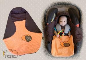 Einschlagdecke-Sommer-Trico-Applikation-Herz-Reh-braun-Punkte-orange-mit-Puppe-in-Babyschale-Shop