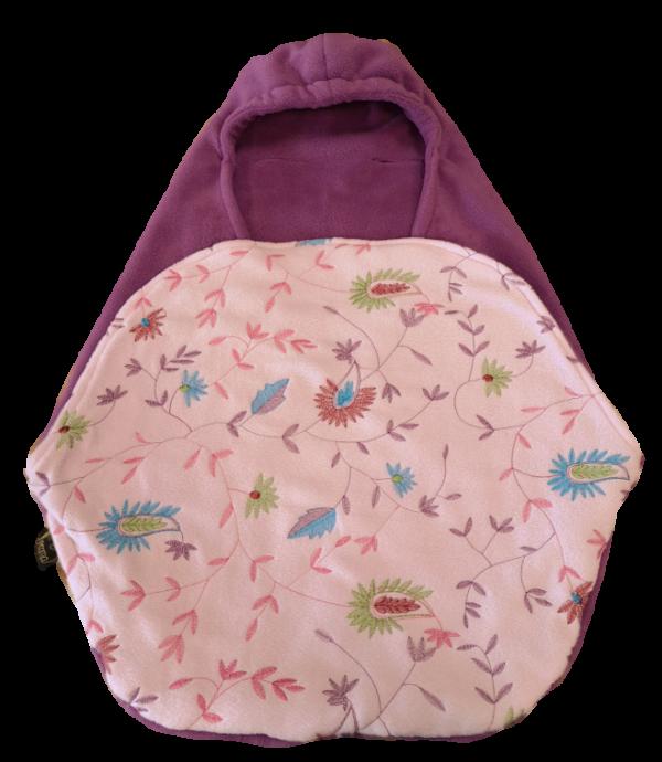 Fleece-beere-rosa-mit-Blumen-bestickt-einzeln-ausgeschnitten