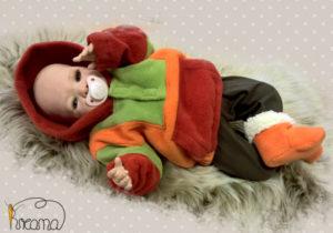 Fleecepulli-Fliegenpilz-rot-orange-grün-von-vorn-mit-Puppe-Shop