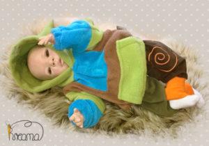 Fleecepulli-grün-blau-braun-Narr-von-vorn-mit-Puppe-Shop