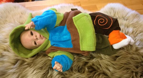 Fleecepulli-grün-blau-braun-Narr-von-vorn-mit-Puppe