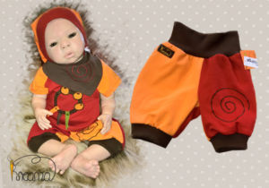 Hose-Zipfelmütze-Halstuch-Serie-Narr-orange-rot-mit-Puppe-liegend-Shop