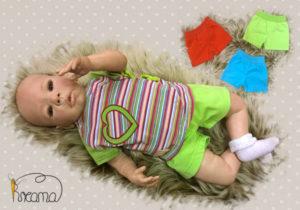 Hose-trico-kurz-mit-Puppe-und-Wickelshirt-Shop