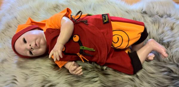 Hose-und-Shirt-Serie-Narr-rot-orange-mit-Puppe-liegend