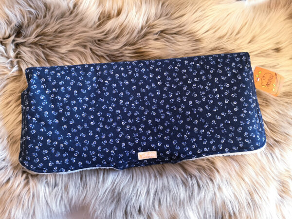 Kutschenmuff-Rosen-dunkelblau-jeans