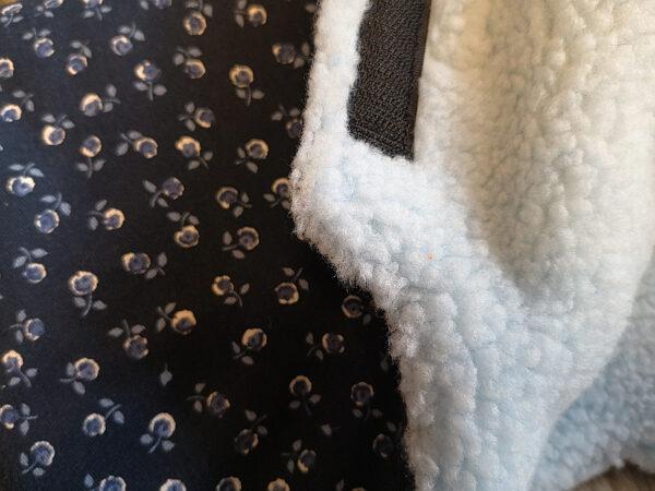 Kutschenmuff-Rosen-dunkelblau-jeans-Nahaufnahme