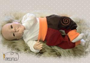 Pumphose-Babyhose-Cord-Spirale-braun-rot-Bündchen-orange-mit-Puppe-Shop