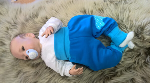Pumphose-Sweat-blau-mit-Auto-mit-Puppe