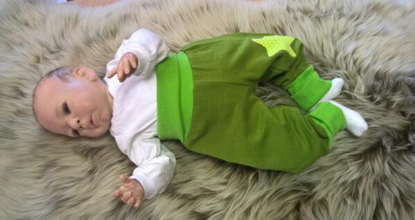 Pumphose-Sweat-grün-mit-Stern-mit-Puppe