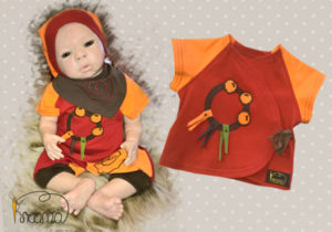 Shirt-Hose-Zipfelmütze-Halstuch-Serie-Narr-orange-rot-mit-Puppe-liegend-Shop