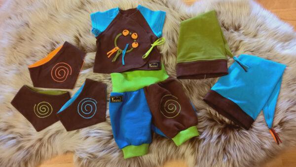 Shirt-Hose-Zipfelmütze-Halstuch-Serie-Narr-blau-braun-grün