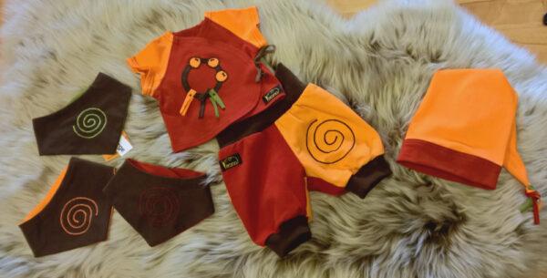 Shirt-Hose-Zipfelmütze-Halstuch-Serie-Narr-orange-rot-braun