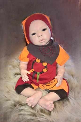 Shirt-Hose-Zipfelmütze-Halstuch-Serie-Narr-orange-rot-mit-Puppe-sitzend