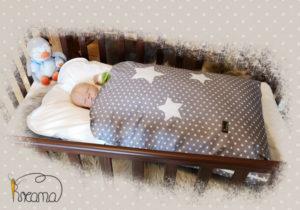 Steckkissen-Sterne-grau-mit-Puppe-seitlich-Shop
