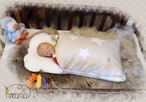 Steckkissen-mit-Nickyfutter-natur-Punkte-mit Sternen-weiß-mit-Puppe-seitlich-Shop