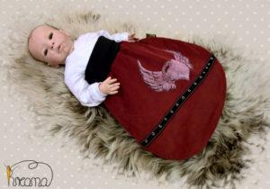 Strampelsack-Flügelherz-Nieten-mit-Puppe