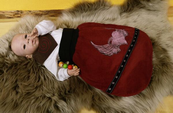 Strampelsack-Flügelherz-rot-schwarz-mit-Oesenband-mit-Puppe