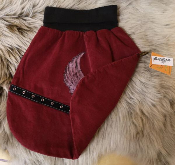 Strampelsack-Flügelherz-rot-schwarz-mit-Oesenband-ohne-Puppe-umgeschlagen