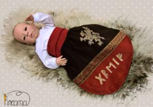 Strampelsack-Leben-braun-rot-Greif-Borte-mit-Puppe