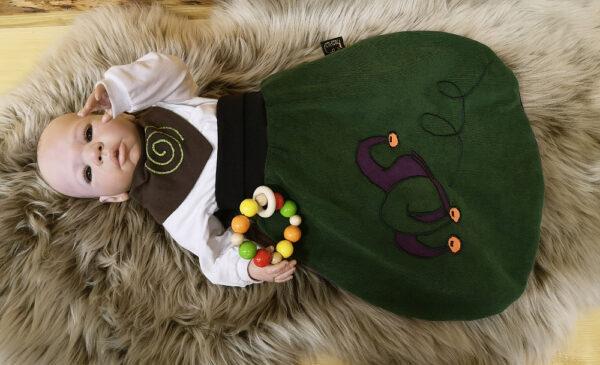 Strampelsack-Narr-dunkelgrün-lila-mit-Puppe