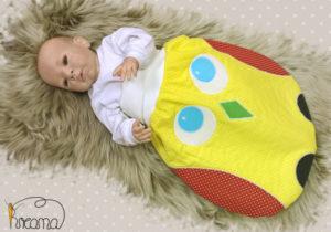 Strampelsack-Patchwork-Eule-verschiedene-Stoffe-Puznkte-gelb-mit-Puppe-Shop