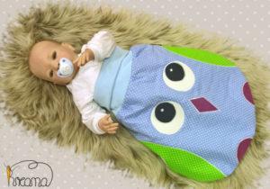 Strampelsack-Patchwork-Eule-verschiedene-Stoffe-Puznkte-blau-mit-Puppe-Shop