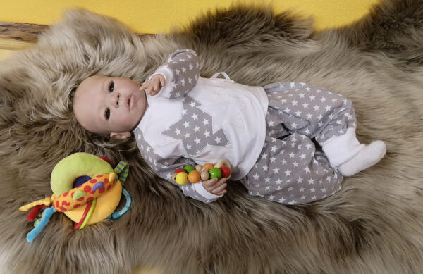 Wickelshirt-Hose-Sterne-grau-mit-Puppe