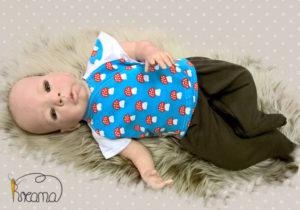 Wickelshirt-Trico-kurzarm-blau-mit-Pilzen-weiße-Ärmel-mit-Puppe-Shop