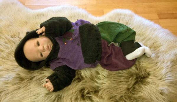 Zipfelpulli-Baumwollfleece-lila-Fleece-schwarz-Narr-mit-Puppe