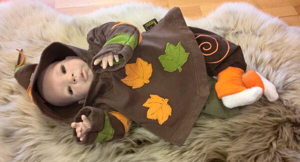 Zipfelpulli-braun-Blätter-orange-grün-mit-Puppe