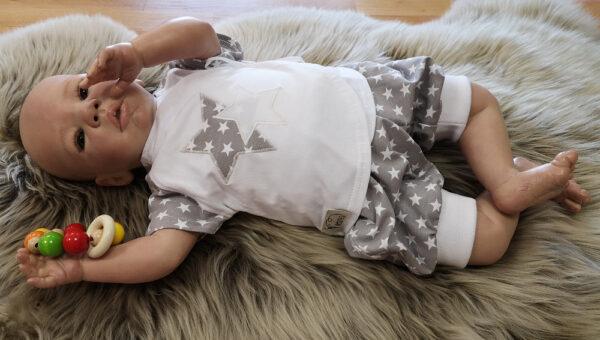 Tricohose-Babyhose-Pumphose-Sterne-grau-kurz-mit-Puppe