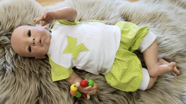 Tricohose-Babyhose-Pumphose-Punkte-grün-kurz-mit-Puppe